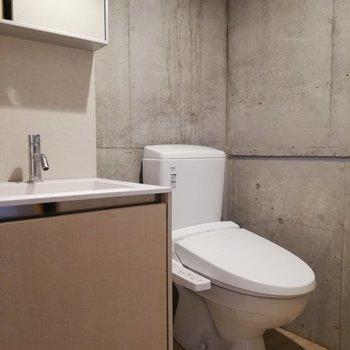 横に温水洗浄つきトイレがあります※写真はクリーニング前のものです