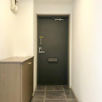 玄関はこちら、シューズボックスも!
