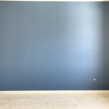 このお部屋のアクセントクロスは青!いい色だね。