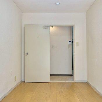 【洋室5帖】シンプルな空間ですね※写真はクリーニング前の物です
