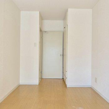 【洋室5.5帖】写真左の扉は収納スペースです※写真はクリーニング前の物です