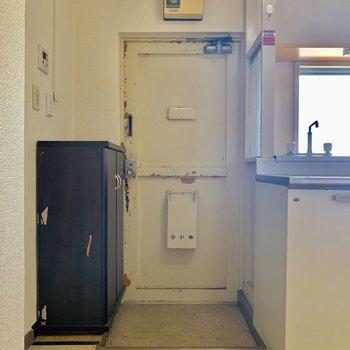 コンパクトな玄関※写真はクリーニング前の物です