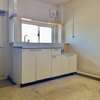 キッチン前に窓があるので空気の入れ替えしっかりできますね※写真はクリーニング前の物です
