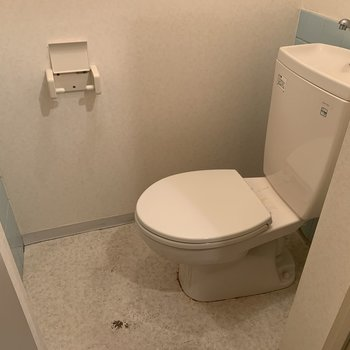 水色のタイルがキュートなトイレ※写真はクリーニング前の物です
