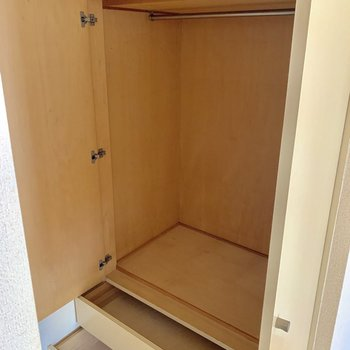 【洋室5.5帖】服などはこちらに収納しましょう〜※写真はクリーニング前の物です