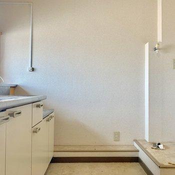 写真左側は洗濯機置場※写真はクリーニング前の物です
