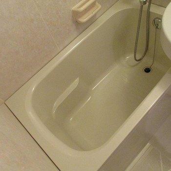 浴槽小さめです。※写真は2階の同間取り別部屋のものです