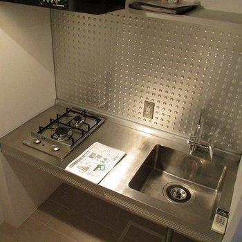 メタリックでお店の厨房の様ですね。※写真は2階の同間取り別部屋のものです