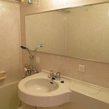 3点ユニットの洗面台です。※写真は2階の同間取り別部屋のものです