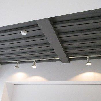 天井が高いので圧迫感がありません。※写真は2階の同間取り別部屋のものです