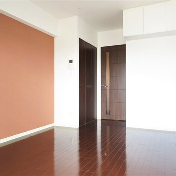 高級感のある色味、濃い木目の家具が合いそう