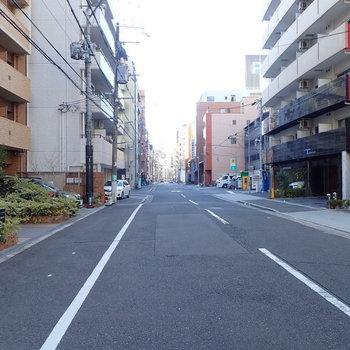 周辺の環境】このあたりは車どおりも少なく、道も広いので歩きやすいです。