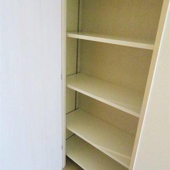 デスクの後ろにも収納。ここは本でも置きましょう