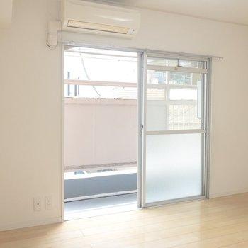【洋室】こちらは白を貴重とした爽やかなお部屋※写真は前回募集時のものです