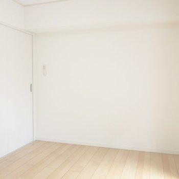 【洋室】こっちにはテレビを置こうかな※写真は前回募集時のものです
