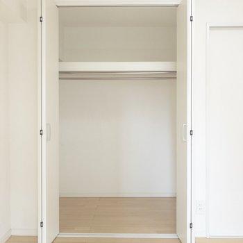 【洋室】クローゼットには一人分の洋服が余裕で収まりそう※写真は前回募集時のものです
