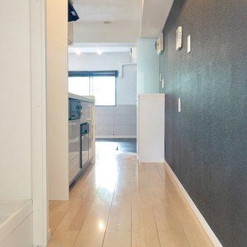 【LDK】洋室からダイニング キッチンの隣には冷蔵庫が置けます※写真は前回募集時のものです