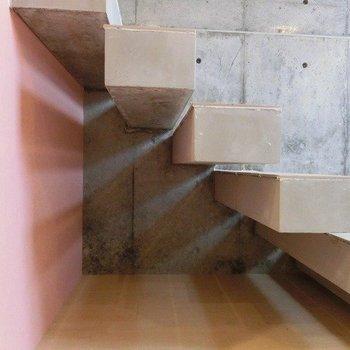 階段下は収納スペースに使えそう※写真は1階の同間取り別部屋のものです