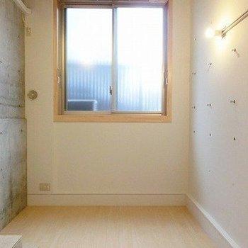 木枠が素敵な大きな窓が特徴的※写真は1階の同間取り別部屋のものです