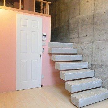 宙に浮かぶような階段※写真は1階の同間取り別部屋のものです
