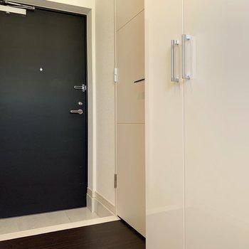 玄関のすぐ隣にトイレがあります。