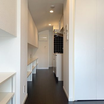 キッチンの後ろまで棚が続いています。