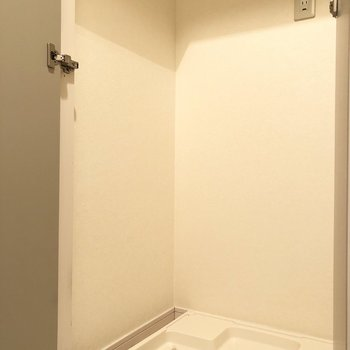 扉付きの洗濯機置き場なので生活感を防ぐことができますね。
