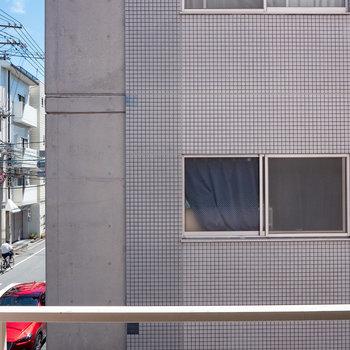 眺望は建物と、車通りのある道路です。