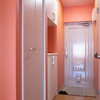 玄関周りはオレンジクロス。