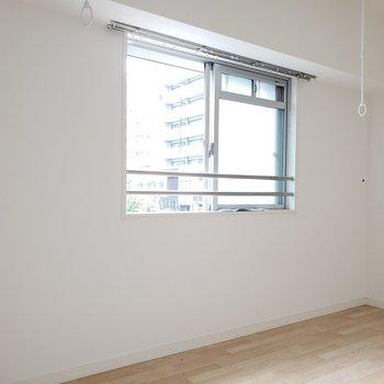 窓の向こう側には1軒家でした。(※写真は2階の同間取り別部屋、清掃前のものです。)