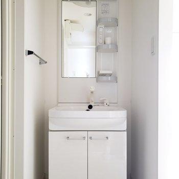 シャワーヘッドだからいざって時にあると便利☆(※写真は2階の同間取り別部屋、清掃前のものです。)
