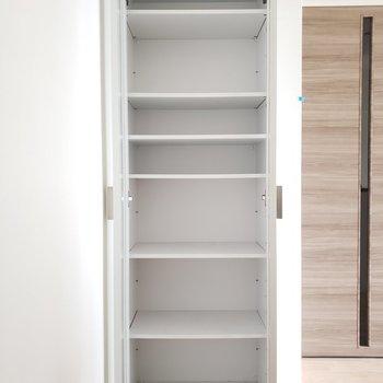 キッチンの所に食器棚が・・!これは助かる!(※写真は2階の同間取り別部屋、清掃前のものです。)