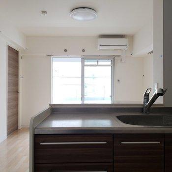 キッチンからテレビを見ながらお料理できちゃう!(※写真は2階の同間取り別部屋、清掃前のものです。)