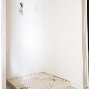 独立洗面台の目の前に発見!コンパクトにまとまっています。(※写真は2階の同間取り別部屋、清掃前のものです。)