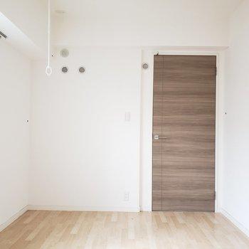 扉のダークブラウンが素敵!(※写真は2階の同間取り別部屋、清掃前のものです。)