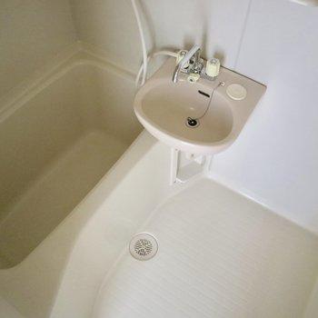 バスルームはシンプルなユニットタイプ。※写真は通電前のものです