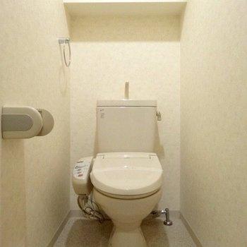 上に棚にはトイレットペーパーのストックをね。(※写真は6階の同間取り別部屋のものです)