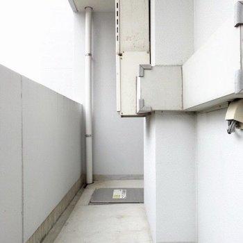 正面のバルコニーはちょっと大きめ。洗濯物も干せる!(※写真は6階の同間取り別部屋のものです)