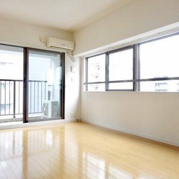 窓に囲まれて生活。これなら電気代の節約になるってくらい明るいのさ!(※写真は6階の同間取り別部屋のものです)
