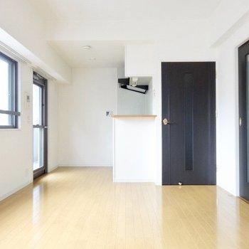キッチンにはプチカウンターが・・!(※写真は6階の同間取り別部屋のものです)