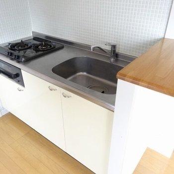 お料理スペースはちょっと小さめ。でもコンロは2口!(※写真は6階の同間取り別部屋のものです)