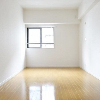 お隣の洋室も広い!(※写真は6階の同間取り別部屋のものです)