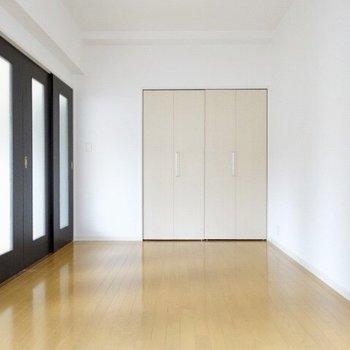 引き戸もすりガラスだから光を入れてくれるんです。(※写真は6階の同間取り別部屋のものです)