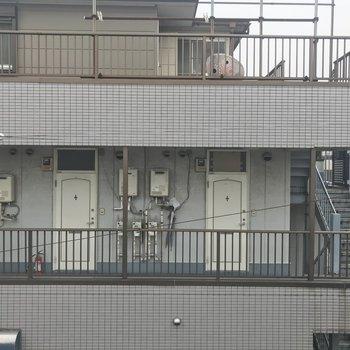 隣のアパートがみえます