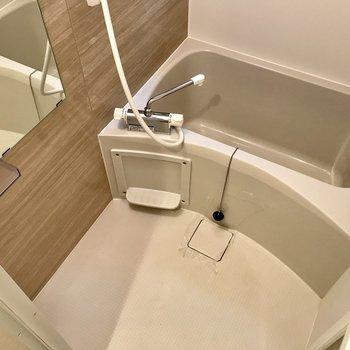 壁面は木調でゆったりしたくなるお風呂。※写真は1階の同間取り別部屋のものです