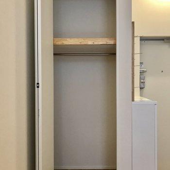 収納も身長が高く、容量抜群です。※写真は1階の同間取り別部屋のものです