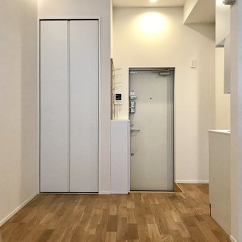 玄関側はこんな感じで、ゆったりスペースです。※写真は1階の同間取り別部屋のものです