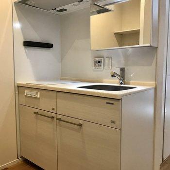 お部屋に入った左手キッチンです。※写真は1階の同間取り別部屋のものです