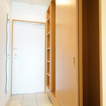 玄関横にクローゼットがあります!※写真は4階の同間取り別部屋のものです