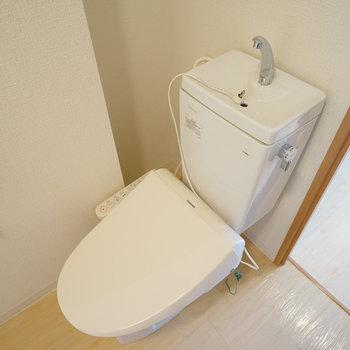 トイレはウォシュレット付き!※写真は4階の同間取り別部屋のものです